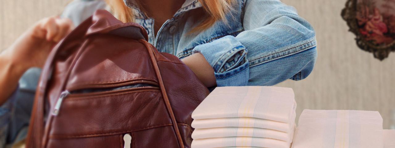 frau-packt-rucksack-fuer-hausbesuch