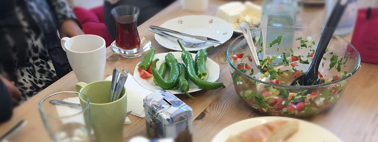 tisch-mit-tuekischem-essen