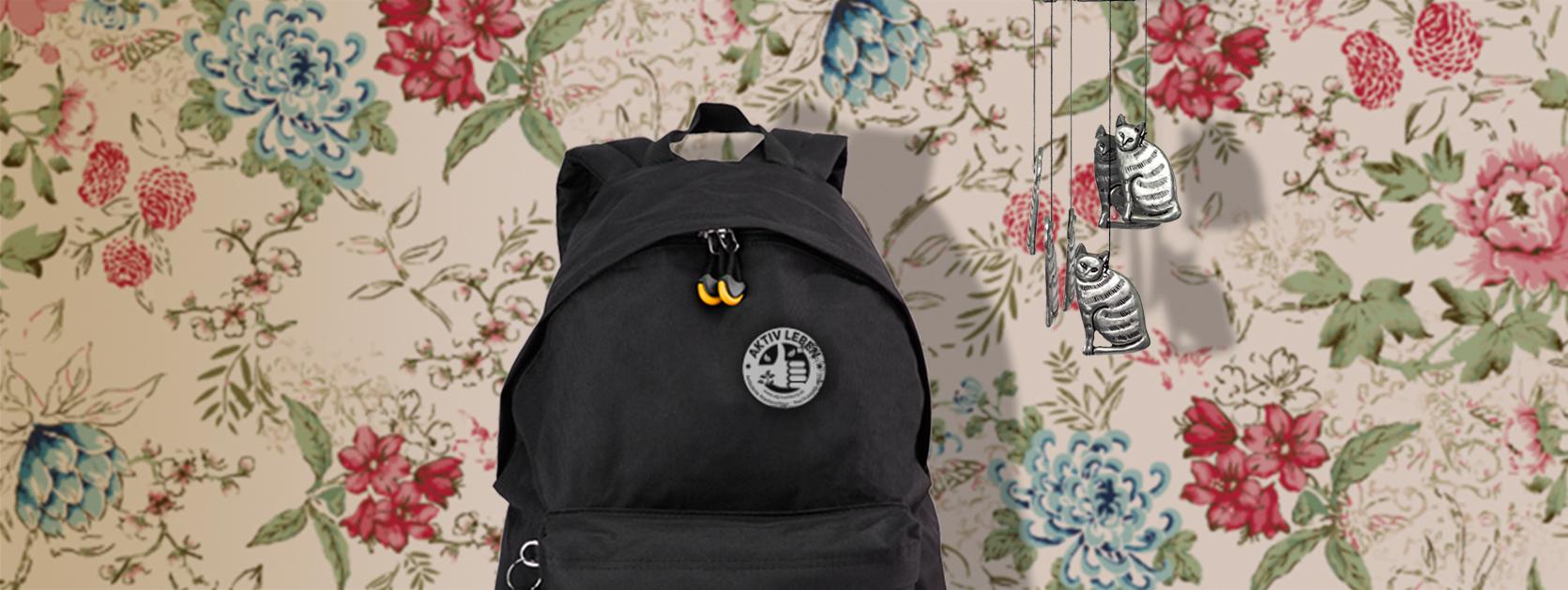 ambulanter-pflegedienst-rucksack-vor-mustertapete-in-einer-wohnung