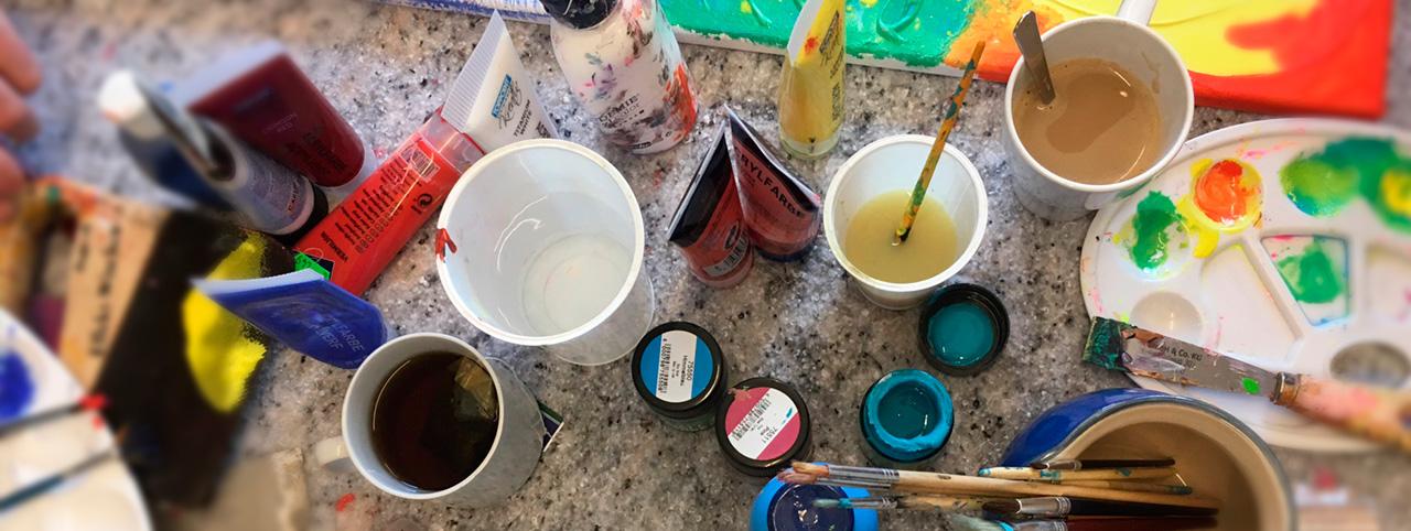 tisch-mit-malfarben