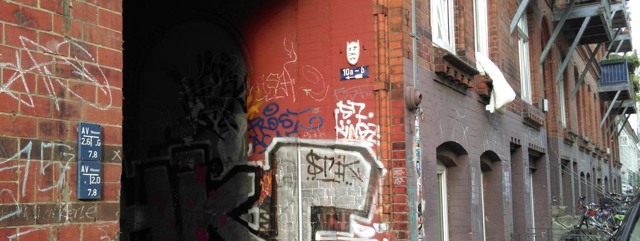 aktiv leben-hinterhofeingang-im-schanzenviertel