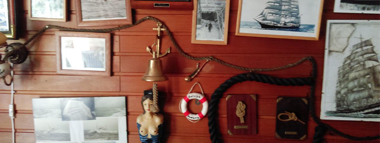 Zimmer vom Seemann mit Bildern von schiffen und kleiner Galionsfigur